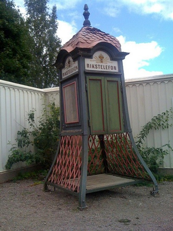 Ten Weirdest Public Phone Booths (10)