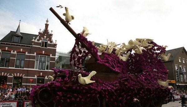 Gigantic Flower Sculpture Festival in Holland (12)