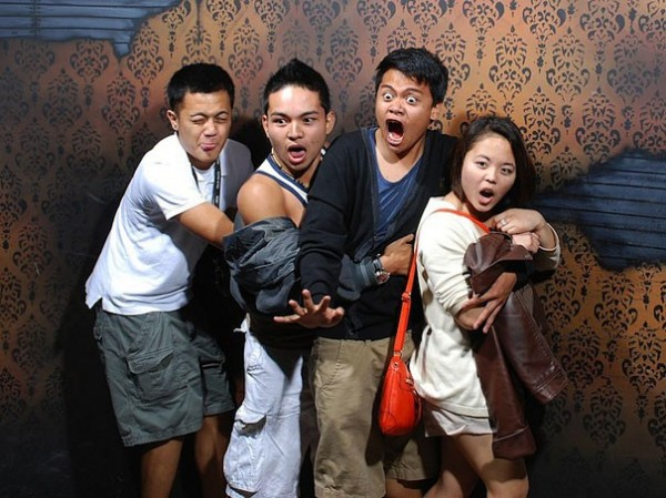 Hilariously Terrified People from a Haunted House (3)