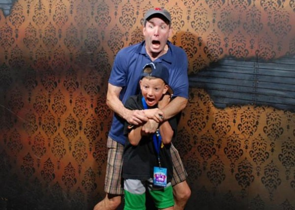 Hilariously Terrified People from a Haunted House (5)