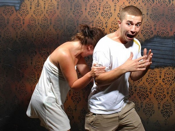 Hilariously Terrified People from a Haunted House (6)